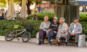Ερευνα-σοκ της Κομισιόν: Γερνάμε και δεν γεννάμε -Συνεχώς μειώνεται ο πληθυσμός, τι συμβαίνει στην Ελλάδα
