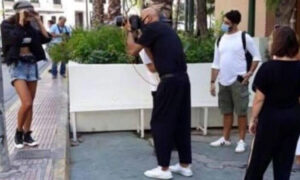Δημήτρης Σκουλός: Σάλος για τη φωτογράφηση δίπλα από άστεγο
