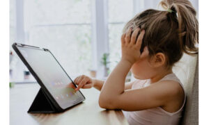 Το πρόχειρο φαγητό προωθείται σε δημοφιλή video στο YouTube για παιδιά: Τι πρέπει να γνωρίζουν οι γονείς
