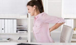 Lockdown και τηλεργασία: Πώς θα αποφύγετε τους πόνους σε μέση, πλάτη και αυχένα