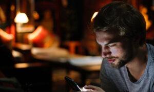 Κολλημένοι στο κινητό τους οι Έλληνες κατά την πανδημία - Εκτοξεύτηκε η χρήση data, έπεσαν οι τιμές