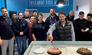 Η κοπή της πίτας του Okeanos Fish Market