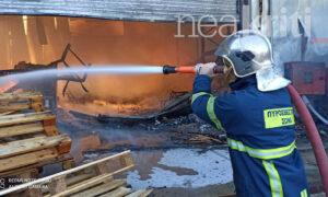 Φωτιά σε αποθήκη μεγάλης μεταφορικής στα Χανιά