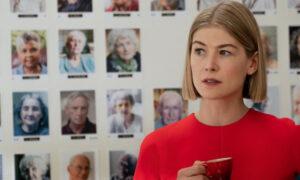 «Μα Φυσικά και Νοιάζομαι»: Η κυνική μαύρη κωμωδία για την «τέχνη» της εξαπάτησης που είναι Νο1 στο Netflix