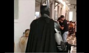 Μύκονος: Ο Batman κάνει περιπολίες για την εφαρμογή των νέων μέτρων