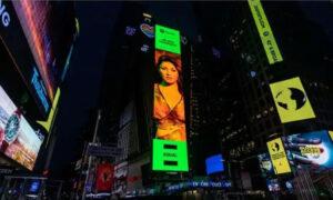 Έλενα Παπαρίζου: Μπήκε σε Billboard στην Times Square της Νέας Υόρκης