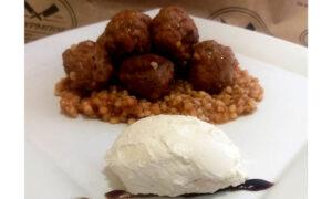 """Κεφτεδάκια με κους κους και μους φέτας από το Chef """"Βενέδικτο"""" του κρεοπωλείου Μπούρμπος"""